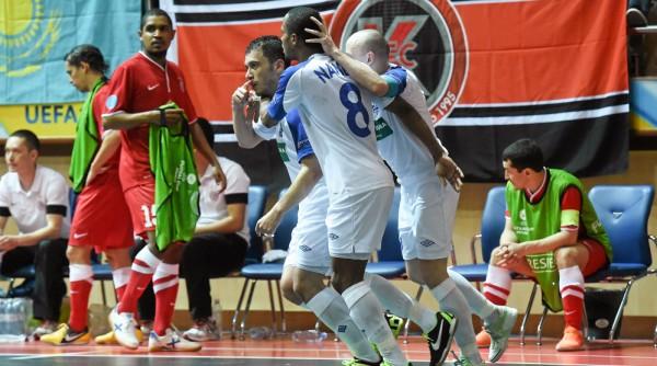 Fernandinho celebrates with Aleksandr Rakhimov & Nando (FC Dynamo)